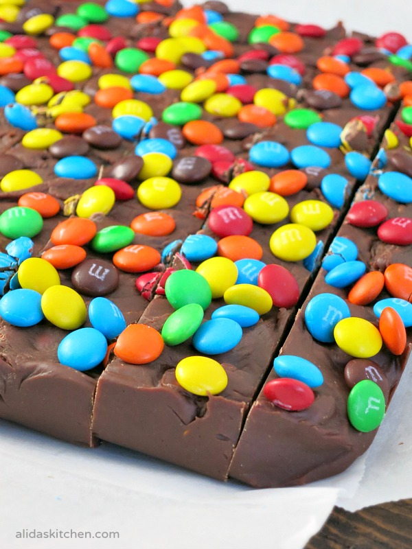 Easy M&M Fudge | alidaskitchen.com