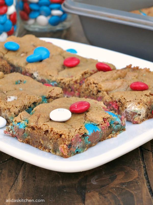Patriotic M&M Cookie Bars | alidaskitchen.com